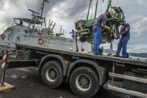 """Arret technique du patrouilleur de la gendarmerie maritime """" Violette """" au bassin de radoub de Fort de France. Sortie du moteur de propulsion."""