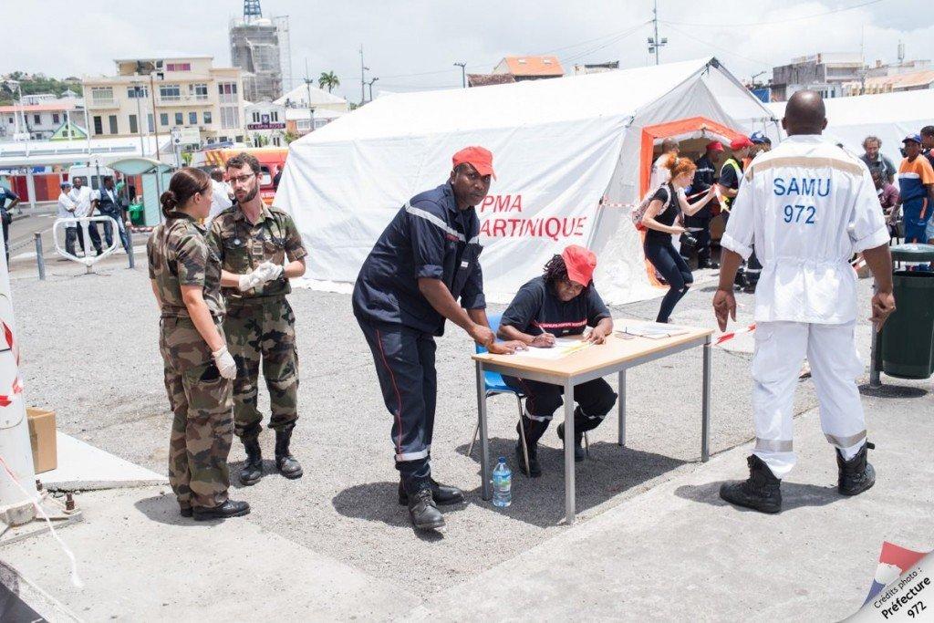 12. Sur le quai, un poste médical avancé est mis en place et armé par des médecins et infirmiers du SAMU, du SDIS et des froces armées aux Antilles